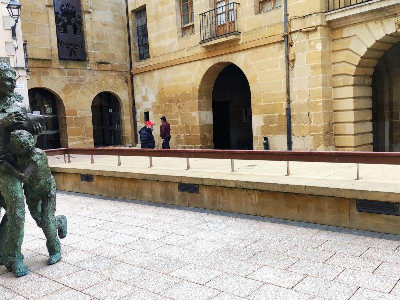 Escultura de la Batalla del Vino en Haro