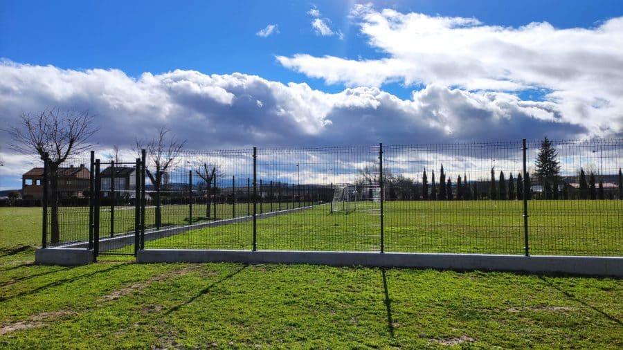 Haro finaliza las obras de cerramiento del campo de fútbol anexo a El Mazo 1