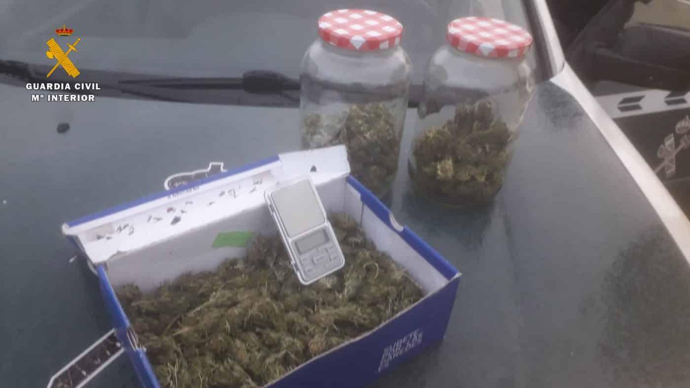 La Guardia Civil intercepta en Pradejón un vehículo con 350 gramos de cogollos de marihuana 2