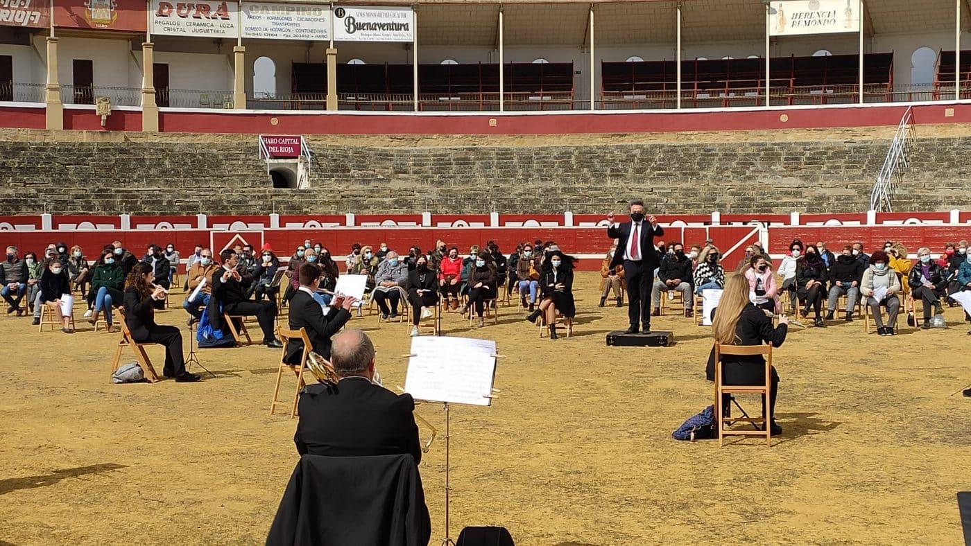 La Banda de Música de Haro toca en la plaza de toros por la Semana de la Mujer 1