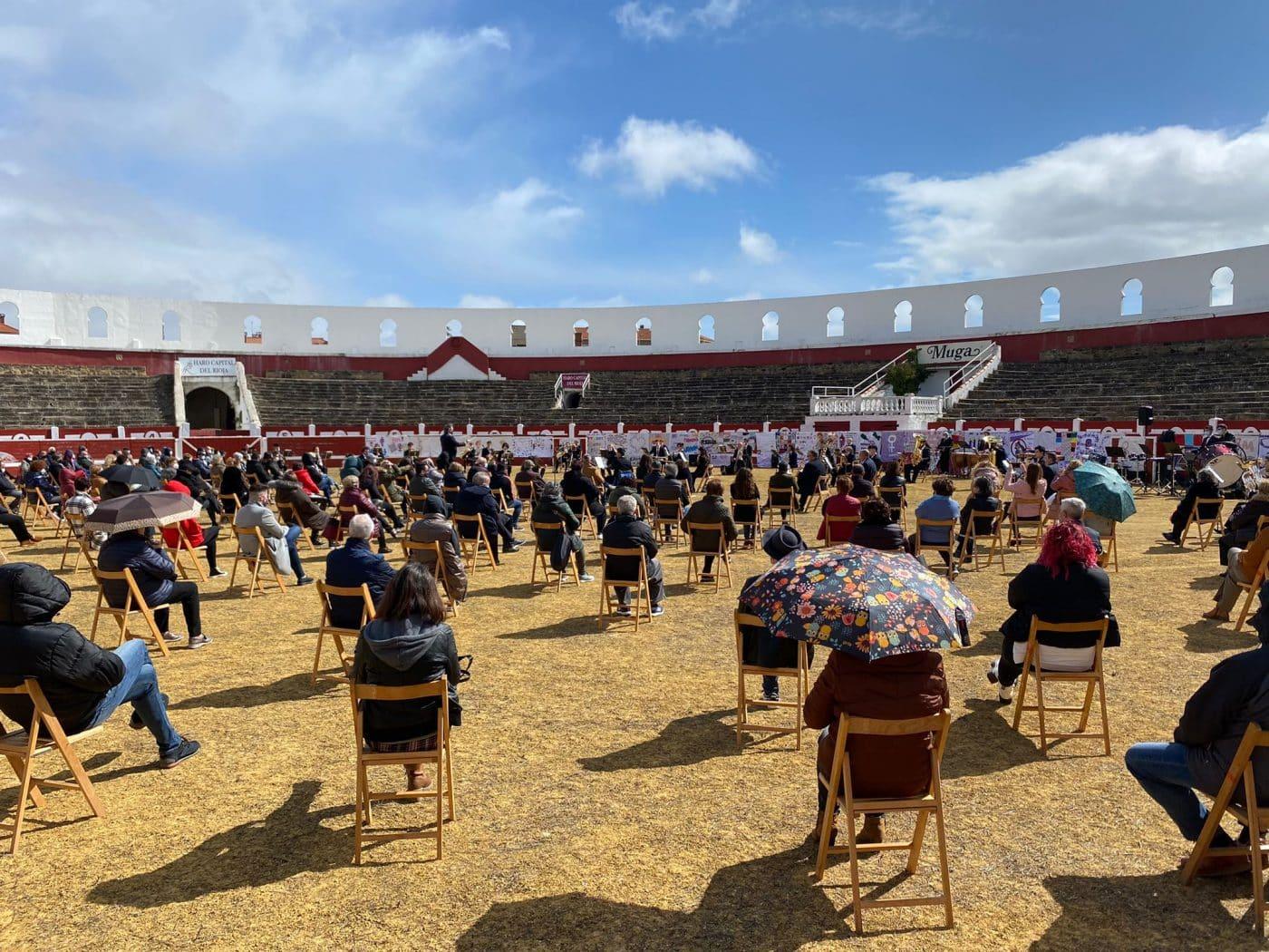 La Banda de Música de Haro toca en la plaza de toros por la Semana de la Mujer 5