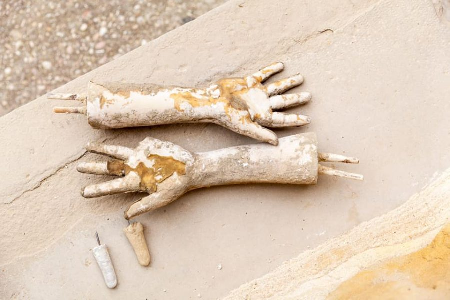 Sajazarra restaura las manos de las 'Paredes Amantes' 1