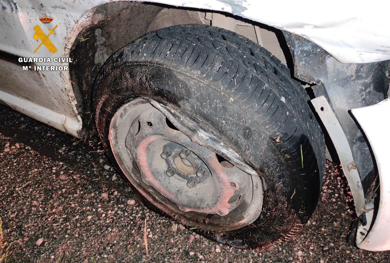 La Guardia Civil rescata a un conductor que se precipitó al vacío bajo los efectos del alcohol 1