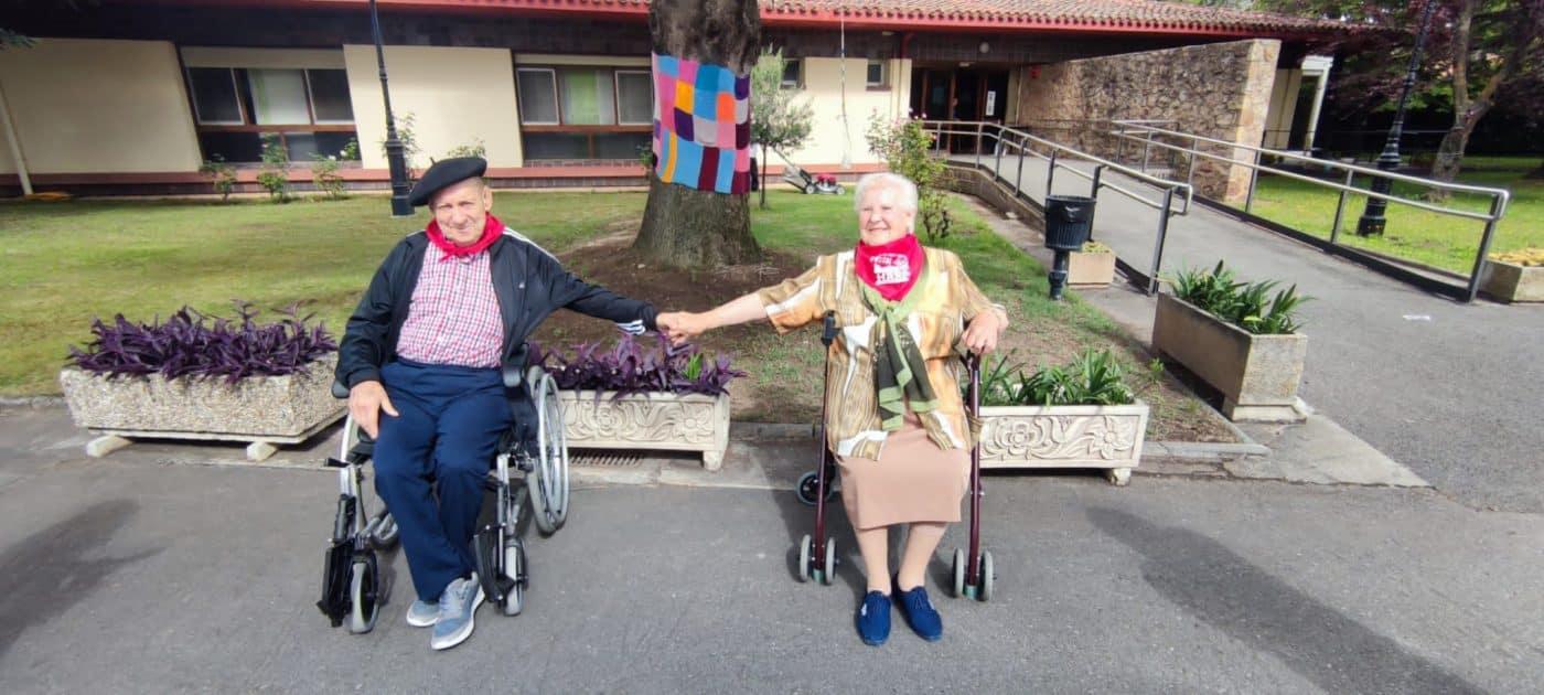 Los residentes del Hogar Madre de Dios reciben los pañuelos de las fiestas de Haro 5