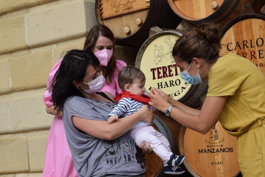 64 niños y niñas de Haro reciben su primer pañuelo de fiestas 13