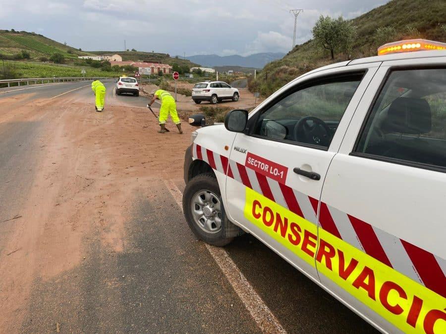Bomberos de Logroño rescatan a dos personas en Fuenmayor atrapadas en su vehículo por la tormenta 2