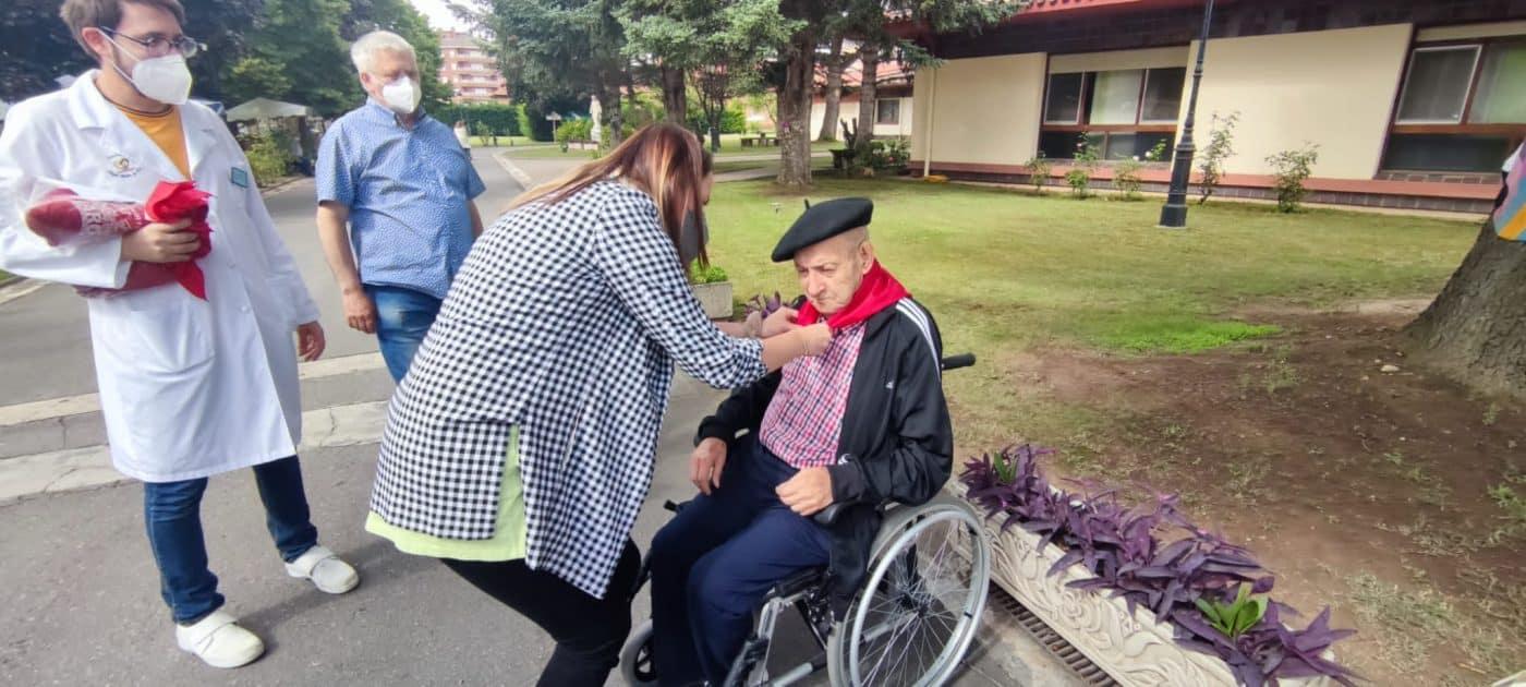 Los residentes del Hogar Madre de Dios reciben los pañuelos de las fiestas de Haro 4