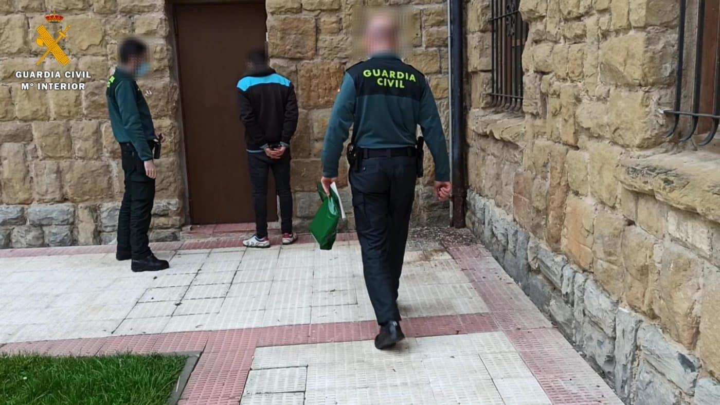 Detienen a un vecino de Cuzcurrita de Río Tirón por cometer varios delitos en la localidad 1
