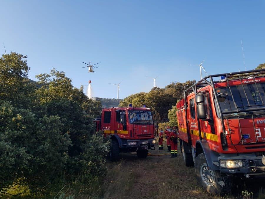 Casi 140 profesionales siguen con las labores de extinción del incendio en el monte de Yerga 4