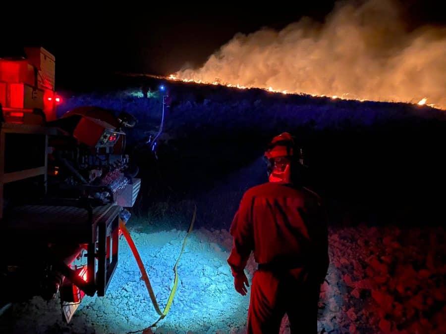 Casi 140 profesionales siguen con las labores de extinción del incendio en el monte de Yerga 3