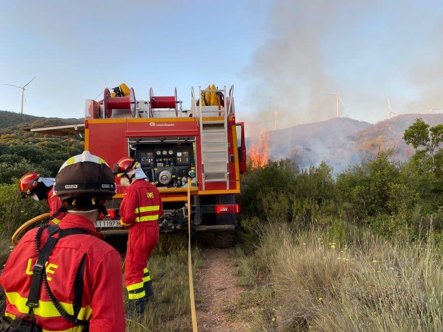 Casi 140 profesionales siguen con las labores de extinción del incendio en el monte de Yerga 1