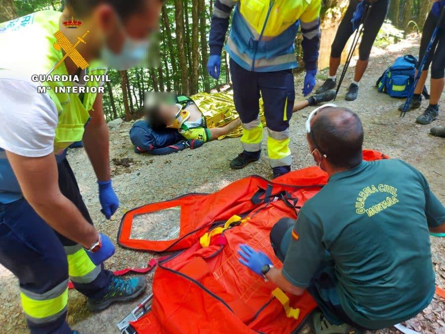 Una mariposa provoca la caída de un ciclista en una pista forestal de Valgañón 1