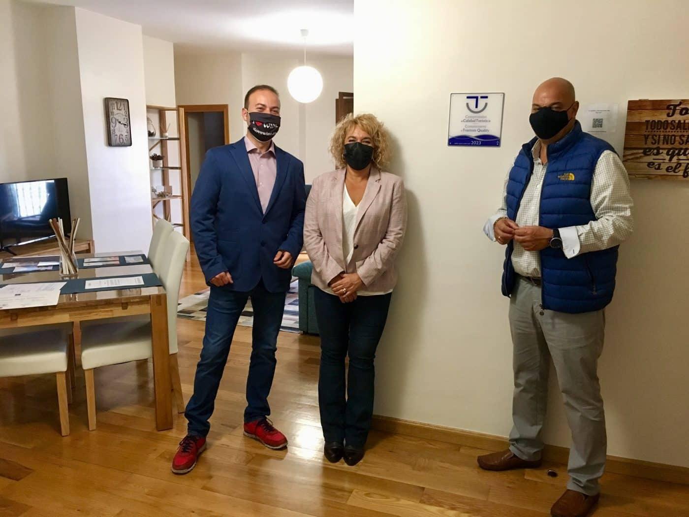 Haro entrega la distinción de Calidad Turística SICTED a la VUT Palacio de las Sevillanas 1