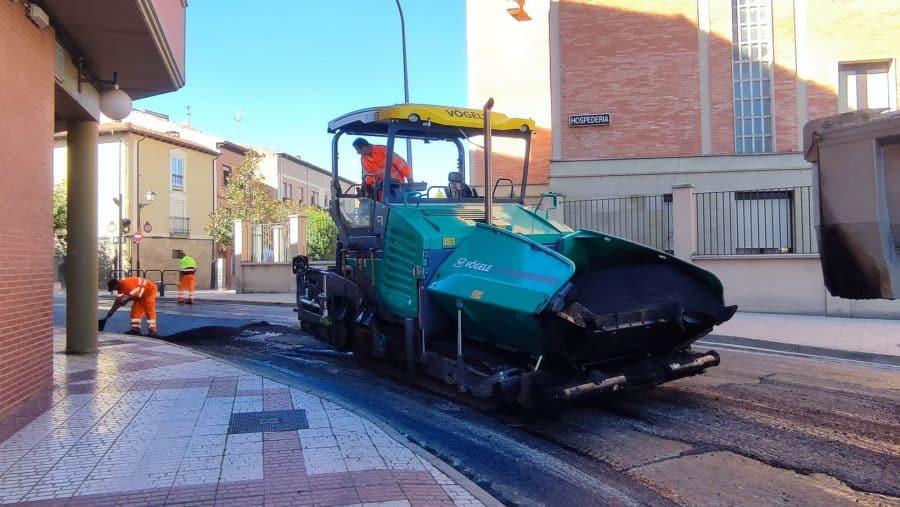 Prosiguen los trabajos de mejora del firme de la LR-111 en Santo Domingo 1